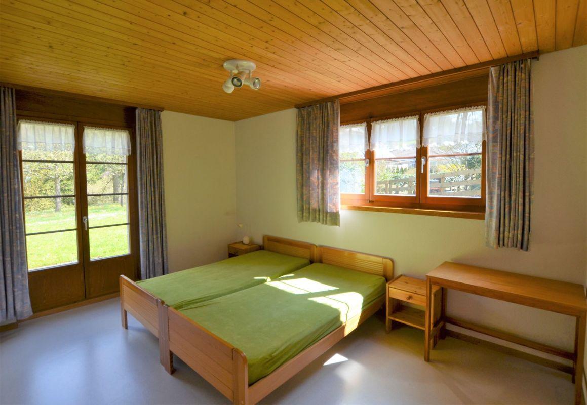 Zimmer mit WC, Dusche, Lavabo und Zugang zum Garten