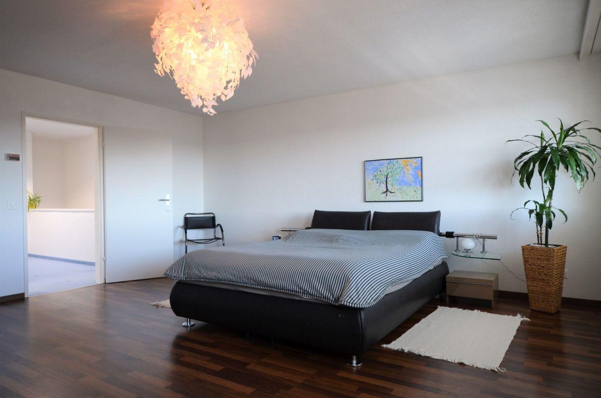 Schlafzimmer 1 mit Ausblick ins Aaretal