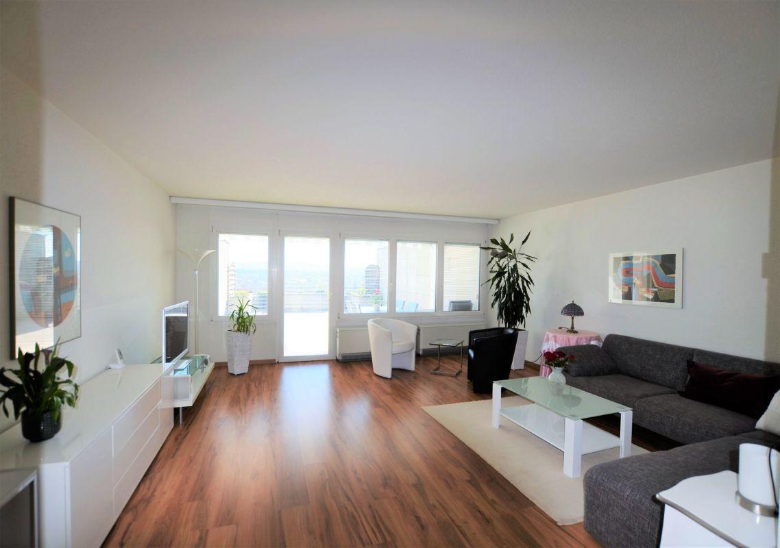 heller wohnbereich mit direktem zugang zur terrasse