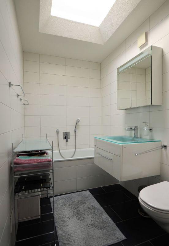 Badezimmer mit Badewanne im OG