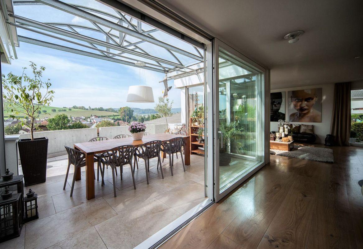 Wohnbereich mit gedeckter Terrasse und Weitsicht
