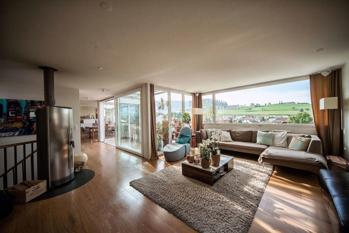 Wohnbereich mit Schwedenofen und Ausblick ins Grüne