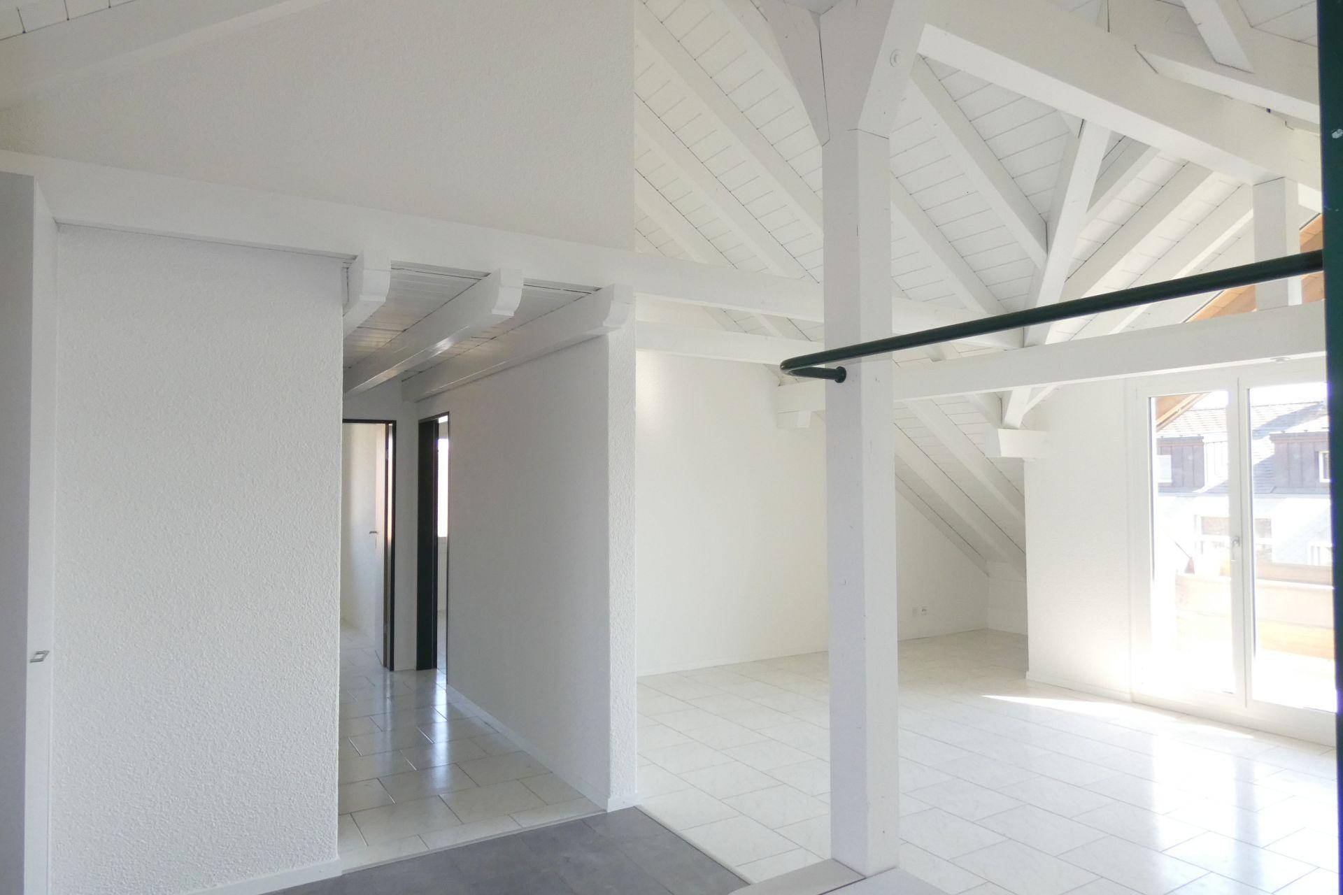 Einzigartig renovierte, helle Dachwohnung