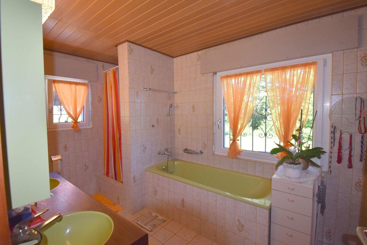 Badezimmer mit Wanne, Dusche und Doppellavabo