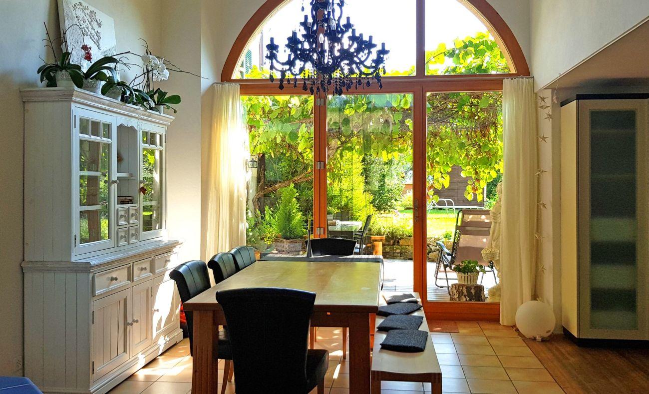Rundbogenfenster zum Garten